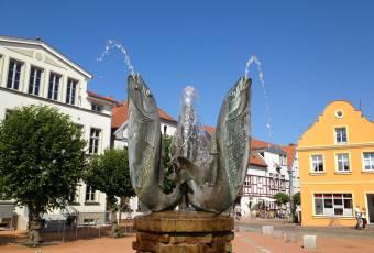 Klassenfahrtenfuchs - Klassenfahrt Darßer Boddenküste - Marktplatz Barth mit Fischskulptur