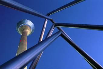 Klassenfahrtenfuchs - Klassenfahrt Düsseldorf - Fernsehturm mit blauem Himmel