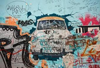 Klassenfahrtenfuchs - Klassenfahrt Berlin - Trabbi-Graffiti an der Eastside-Gallery
