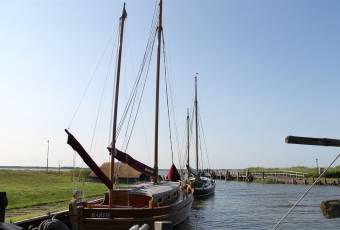 Klassenfahrtenfuchs - Klassenfahrten Darßer Boddenküste - Boote vor Anker