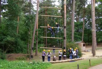 Erlebnispädagogische Klassenfahrt Prieros - Teamtraining - Klassenfahrtenfuchs - Gruppe Riesenstrickleiter