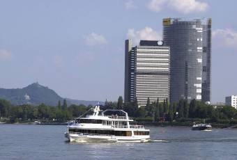 Klassenfahrtenfuchs - Klassenfahrt nach Bonn - Rheinschiff vor UN-Tower