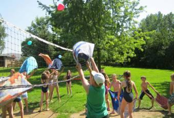 Klassenfahrt Rittergut - Klassenfahrtenfuchs - Wasserbombenspiel