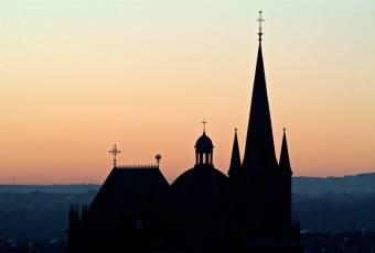 Klassenfahrtenfuchs - Klassenfahrt Aachen - Aachener Dom Silhouette bei Abenddaemmerung
