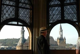 Klassenfahrtenfuchs - Klassenfahrt Aachen - Blick durch Domfenster