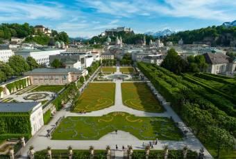 Klassenfahrt nach Salzburg – Klassenfahrtenfuchs - Blick über den Mirabellgarten auf die Altstadt