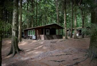 Klassenfahrtenfuchs - Klassenfahrt Dranske (Rügen) - Bungalow im Kiefernwald