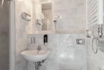 Klassenfahrtenfuchs - Klassenfahrt nach Köln - a&o Hostel Neumarkt - Bad mit Dusche und WC